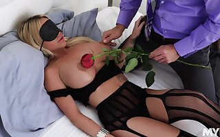 Cougar starts in erotic scenes and ends up fucking like a whore
