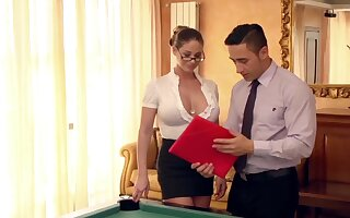 Lay down one's life neue Assistentin auf dem Billardtisch eingearbeitet
